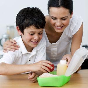 Дети предпочитают учиться у взрослых