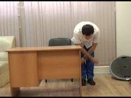 Упражнения за офисным столом: наклоны, потягивание и расслабление