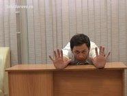 Упражнения за офисным столом: тянемся вперед