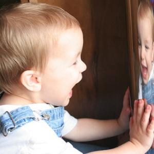 Дети учатся шутить раньше, чем говорить