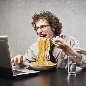 Обедая на рабочем месте, вы снижаете свою дальнейшую эффективность и раздражаете коллег