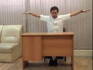 Упражнения за офисным столом: вращения предплечьями