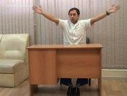 Упражнения за офисным столом: сведение и разведение рук