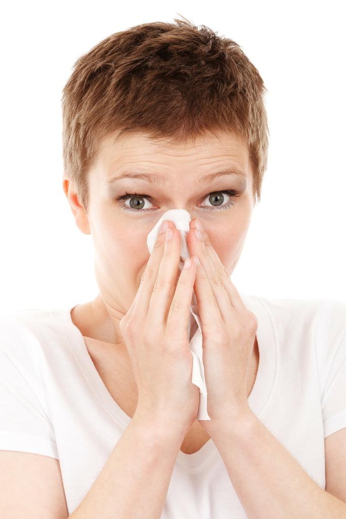Утирать нос рукой при насморке небезопасно