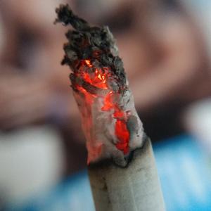Сигарета и огонь!