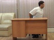 Упражнения за офисным столом: медленные повороты в сторону сидя