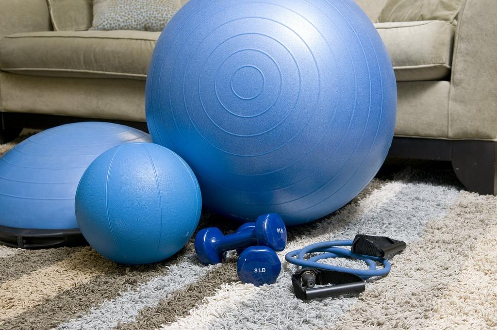 Фитнес дома: 10 комплексов упражнений для самостоятельных тренировок